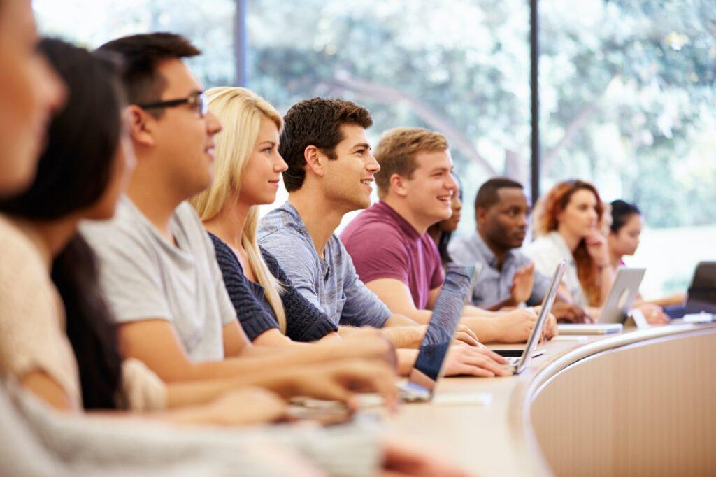 estudantes universitários participando de eventos organizados com software de gerenciamento de eventos Timely