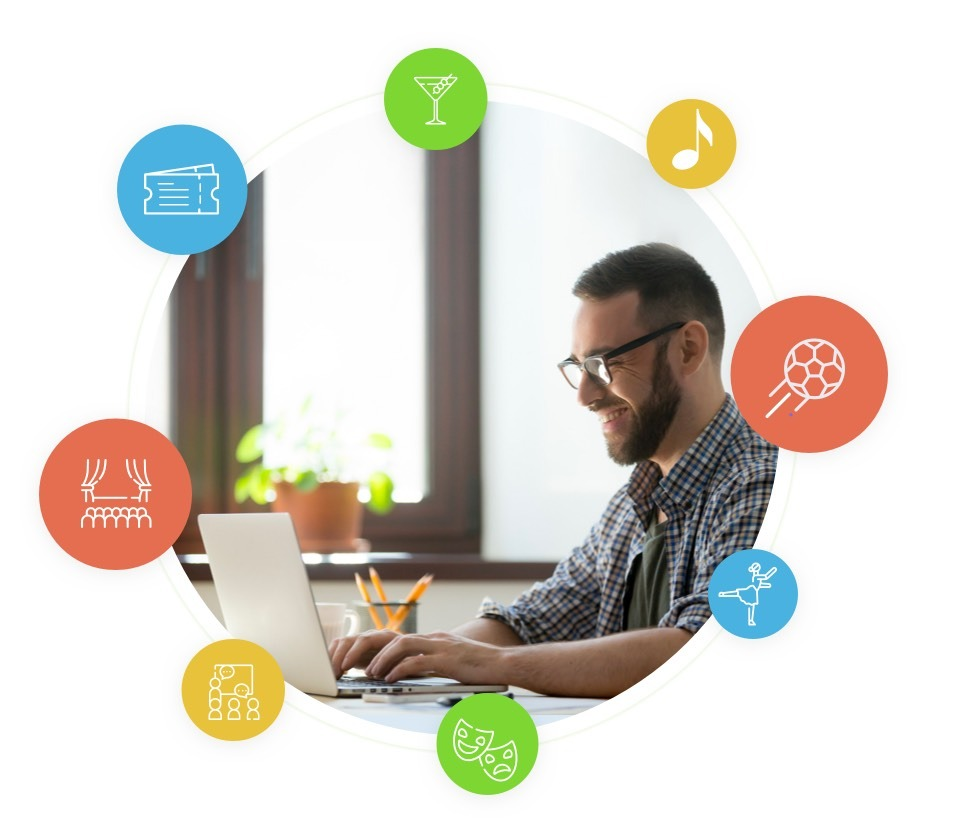 Mann, der einen Laptop mit einer Event-Ticket-Software verwendet und das System mit Leichtigkeit verwendet