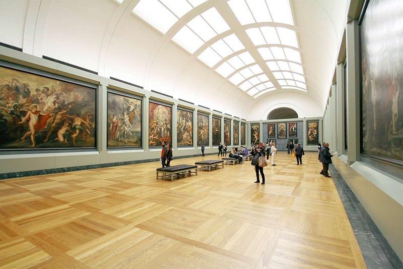 Exposição de quadros em uma geleria de um Museu