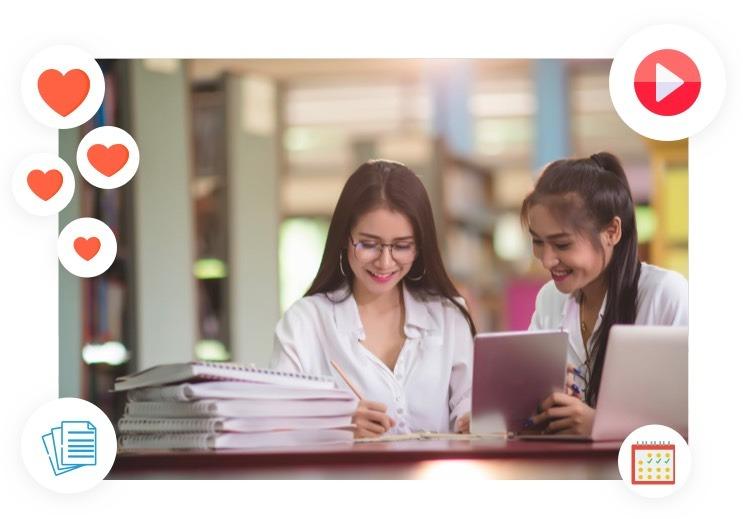 duas alunas felizes em usar a agenda escolar on-line Timely para ver as aulas e as tarefas