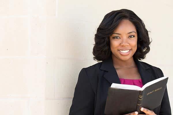 Frau liest eine Bibel Kirchen, Synagogen, Moscheen und andere religiöse Organisationen
