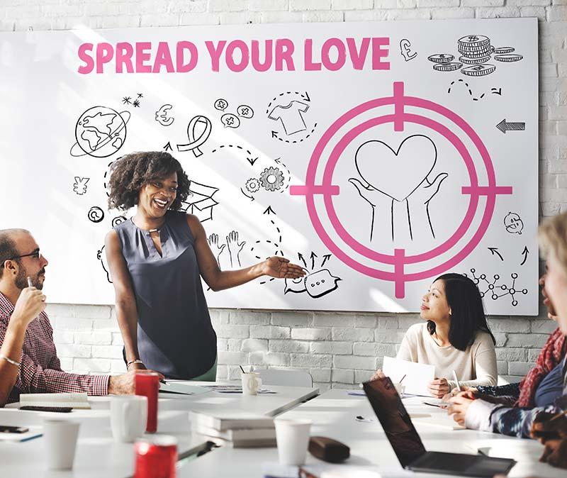 membros da equipe de organizações sem fins lucrativos e de caridade segurando um banner com corações eventos para ONGs